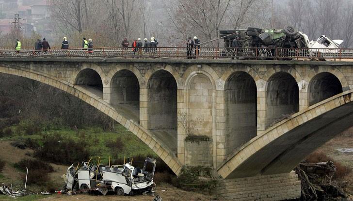 На 7 декември 2006 г. автобус от градския транспорт бе блъснат от камион и падна от моста на брега на река Янтра