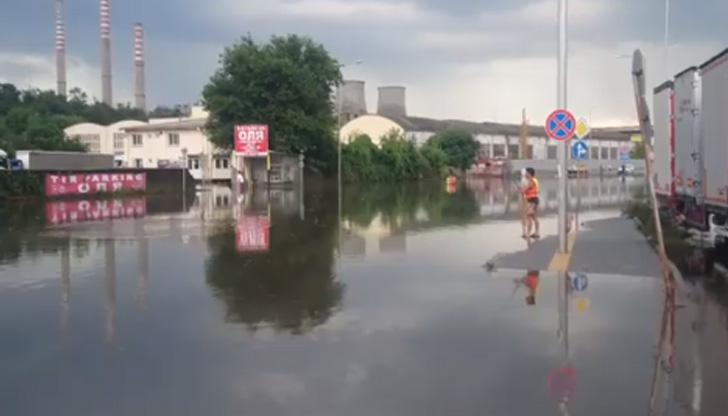 """Русенци """"ловят риба"""" по улиците след дъжда"""