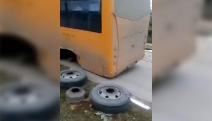 Гумите на ученически автобус изхвърчаха в движение