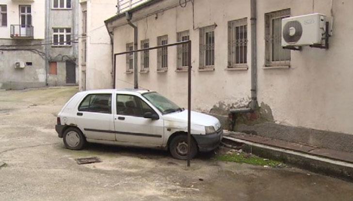 Зазидаха кола във вътрешен двор в центъра на София