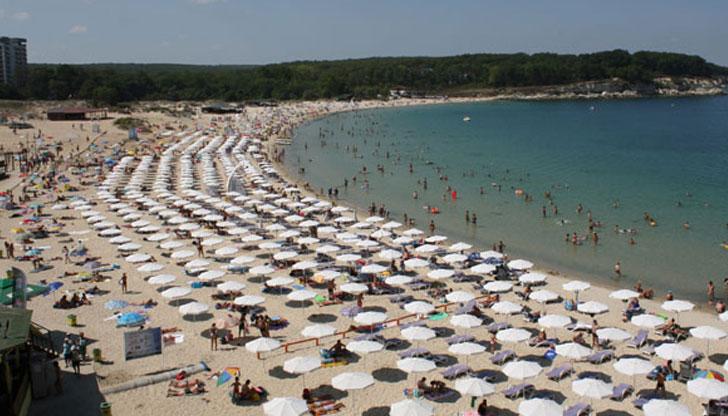 Концесионери лъжат с чадърите на плажа