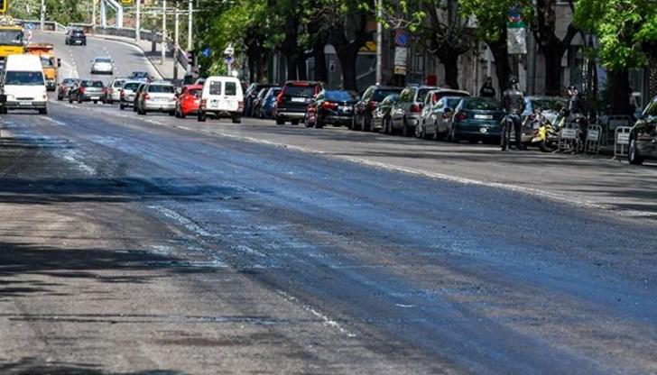 Шофьори се заканиха да съдят Столична община, заради асфалта залепнал по гумите и джантите им