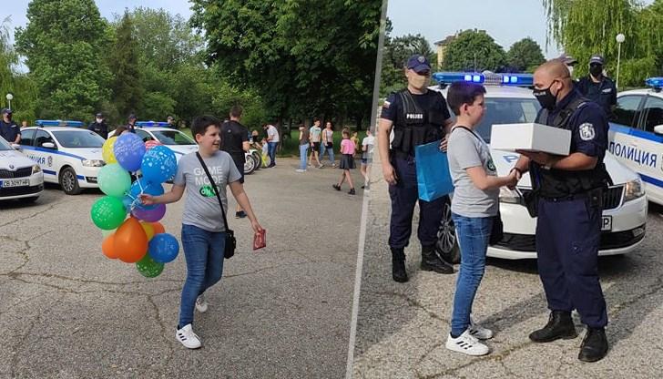 Полицаите изненадаха Косьо с полицейска торта и подарък за рождения му ден