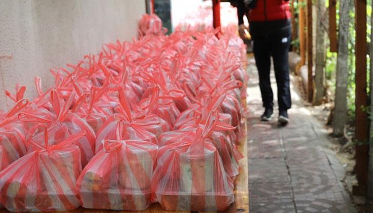 Полицаи глобиха доброволец, докато раздава безплатна храна