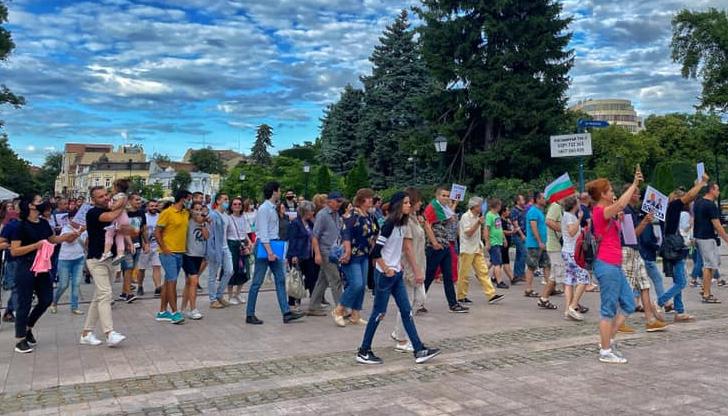 """НА ЖИВО: Протест """"Свободни хора да кажем - стига"""" в Русе"""