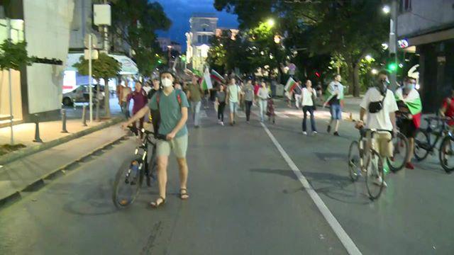 Протестиращи замерят с яйца и домати централата на НФСБ