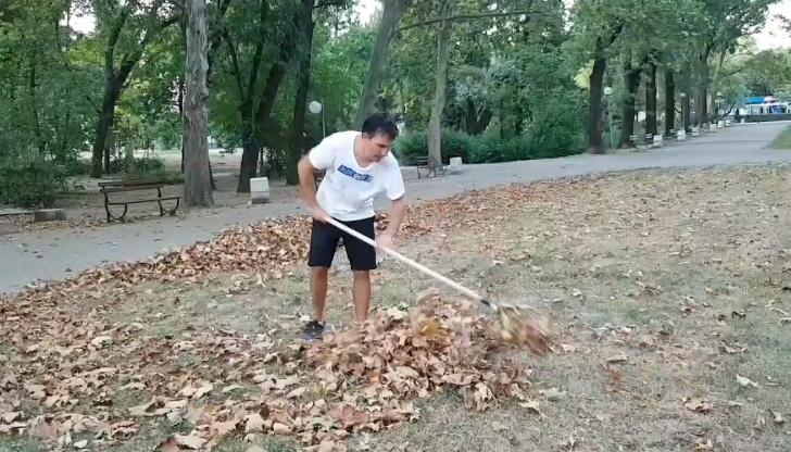 Русенец се захвана да чисти падналите листа в Парка на младежта