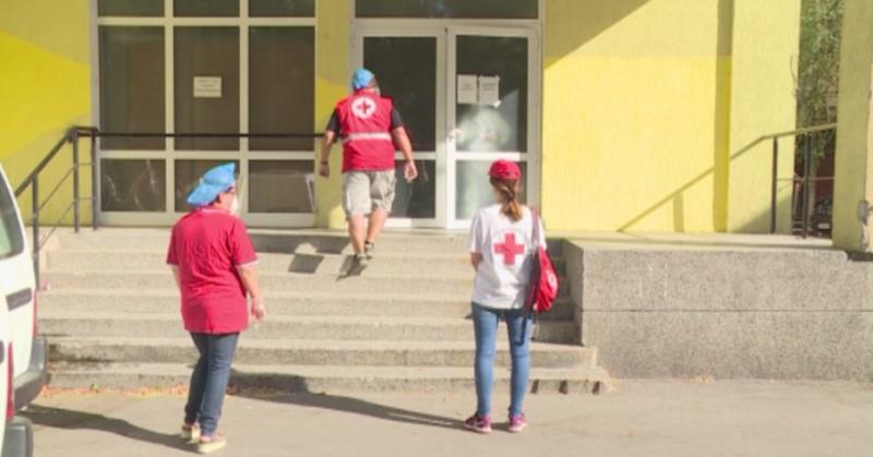 """Доброволци от БЧК помагат в дома за стари хора """"Възраждане"""""""