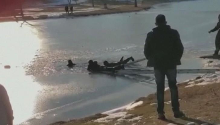 Семейство едва не загина, падайки в ледено езеро