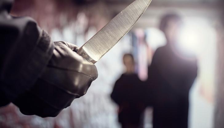 Мъж опира нож в гърлото на русенка, минувачи я спасяват